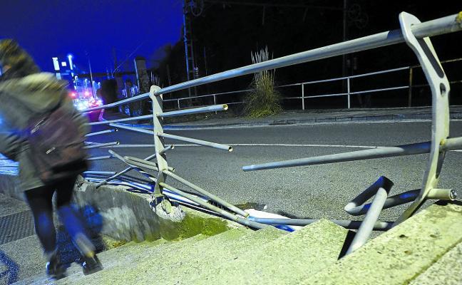 La barandilla en el acceso a Deusto, rota