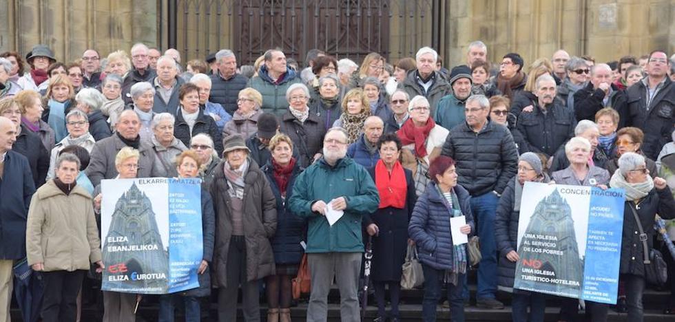 Más de 300 personas se manifiestan contra Munilla en Donostia