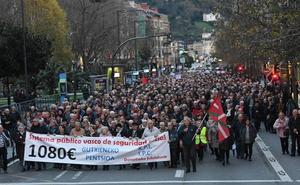 Miles de jubilados vascos reclaman en la calle pensiones de al menos 1.080 euros al mes