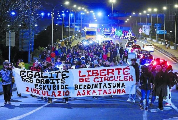 La concentración recorrió el puente de Santiago de Irun hasta la comisaría de Hendaia. / LUSA
