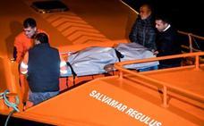 Un marinero muerto y tres rescatados en el hundimiento de un barco pesquero en La Coruña