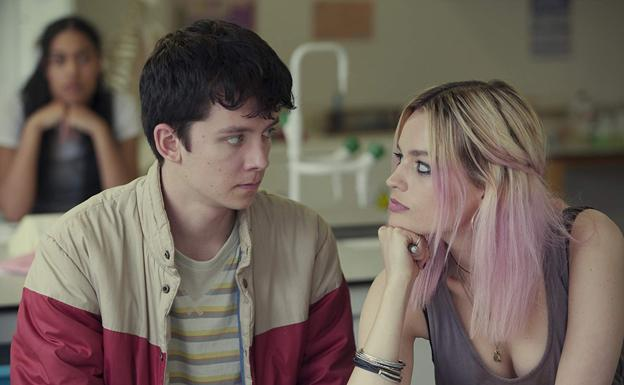 Asa Butterfield y Emma Mackey en una escena de 'Sex Education' (2019).