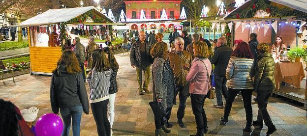 El mercado, con tiendas locales, se suma a la iluminación navideña para ambientar la plaza de San Juan y su entorno./FOTOS: F. DE LA HERA