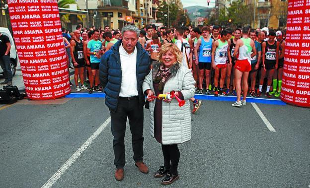 Asun Casasola -con Pedro Alegre- fue la madrina de la carrera./