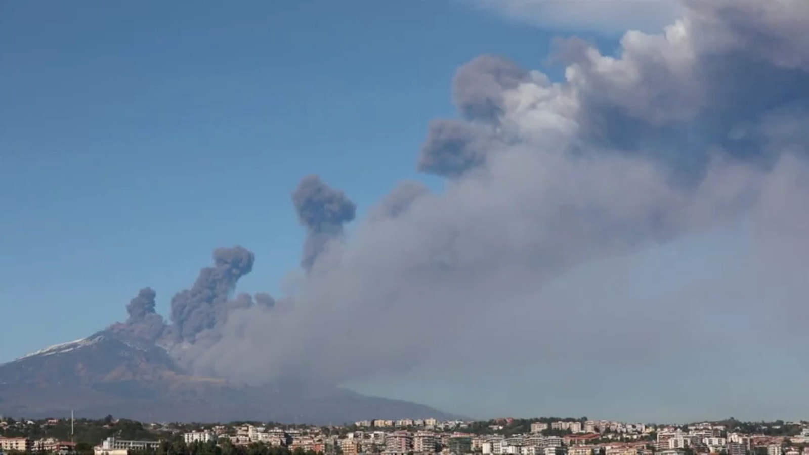 La erupción del Etna en Sicilia provoca sismos y columnas de cenizas