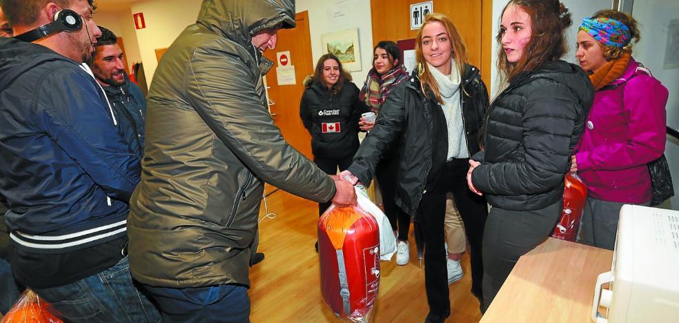 Estudiantes reparten 45 kits para el frío