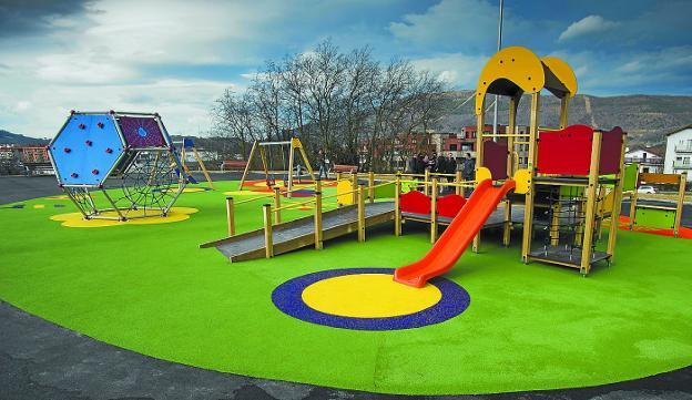 Al fondo. El parque infantil de Oinaurre contará con unas escaleras que lo enlazarán con el entorno del edificio circular de Arretxe-Ugalde y, desde ahí, con la glorieta de Porcelanas. / F. DE LA HERA
