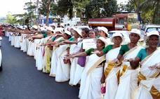 Miles de mujeres forman una cadena humana en la India para poder entrar en un templo