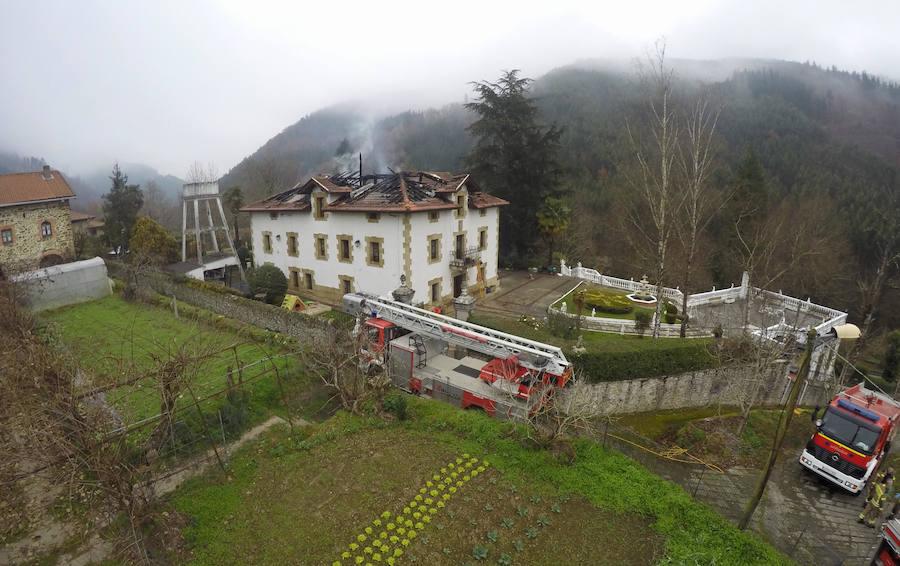 Un incendio destruye un caserío de Gordexola y deja un herido leve