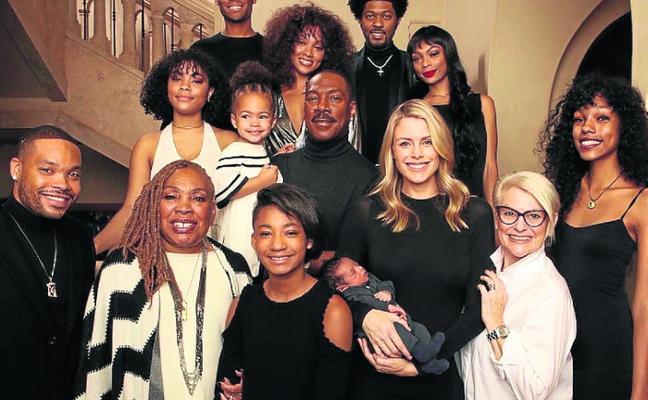 Eddie Murphy posa con sus diez hijos