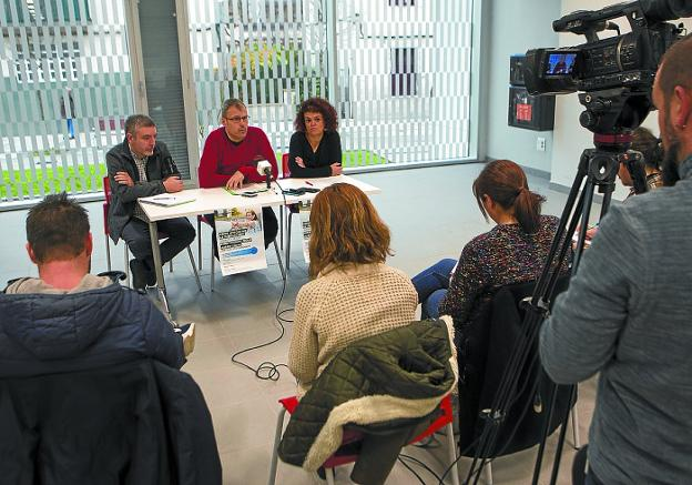 Alejandro Santos, Sergio Corchón y Ainhoa Madariaga, en la presentación del taller./F. DE LA HERA