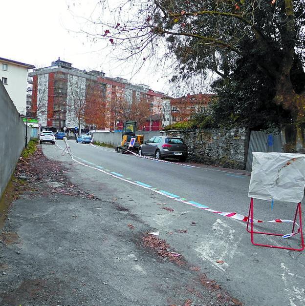Nueva 'acera'. Los peatones tendrán su espacio junto al muro, separado del aparcamiento por unas pilonas./