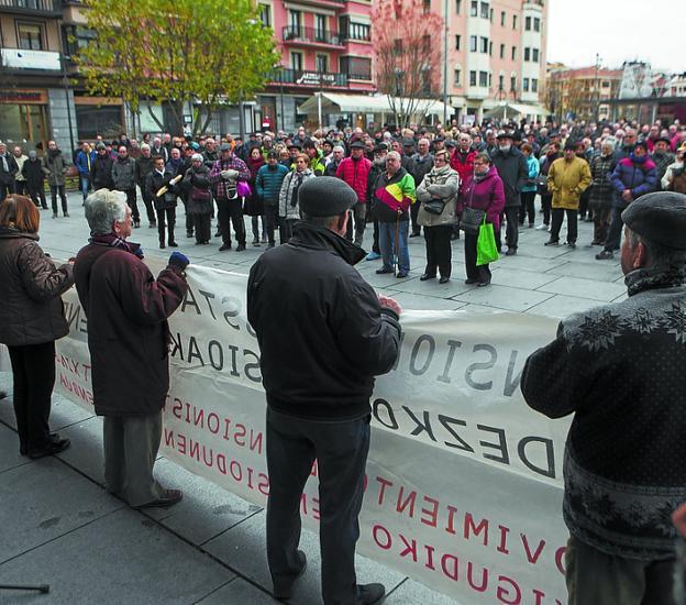«Nuevo año, misma lucha». Muchísimos pensionistas acudieron a la primera concentración del año, ayer en la plaza San Juan. / F. DE LA HERA