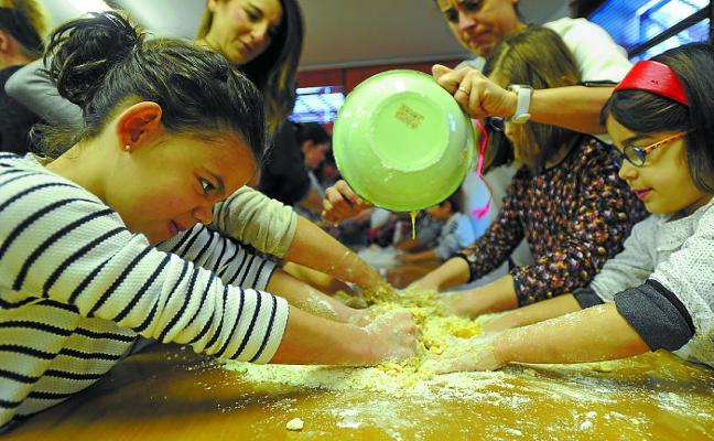 Manualidades y cocina saludable en los talleres de los sábados