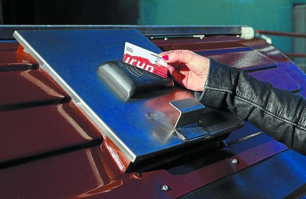 Con Irun Txartela. El uso de la tarjeta ciudadana municipal para abrir las tapas permite cuantificar el uso que cada hogar hace de los contenedores marrones./F. PORTU