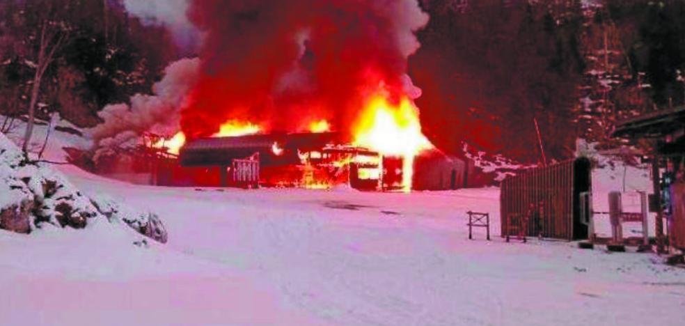 Espectacular incendio del telesilla 'Family' en La Pierre Saint Martin