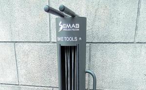 El Ayuntamiento ha colocado un poste para reparar bicicletas e inflar las ruedas