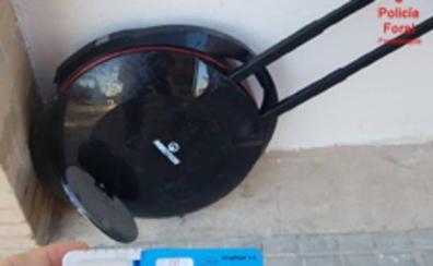 Denunciado en Tudela por circular con un patinete eléctrico por la acera mientras fumaba un 'porro'