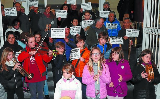 Protesta de los padres y madres de los alumnos de la Udal Musika Eskola