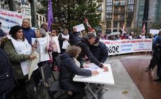 Los pensionistas salen un lunes más a la calle en Donostia e Irun
