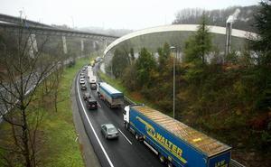 Una colisión entre siete vehículos ha provocado importantes retenciones en la Variante de Donostia