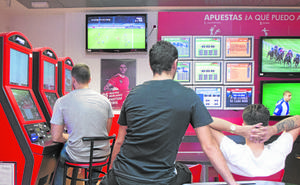 La Ertzaintza sanciona a locales de juego y salas de apuestas por incumplir la normativa de menores y horarios