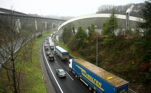 Un lunes complicado en la carretera se salda con cinco heridos en sendos accidentes en Irun y Donostia