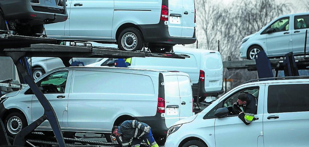 Mercedes Vitoria reduce otra vez la producción al caer las ventas por la 'crisis del diésel'