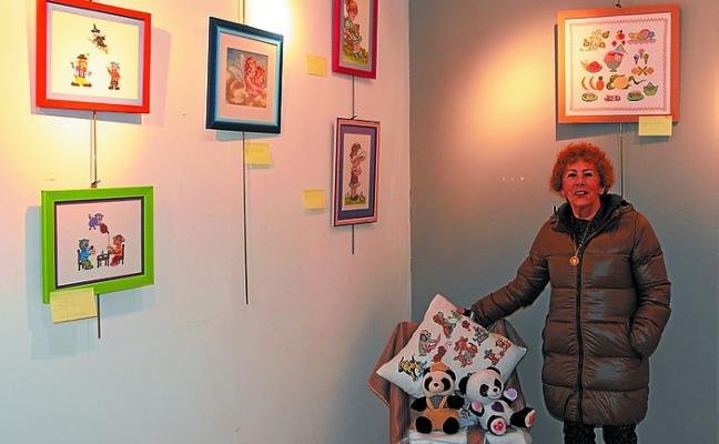 Exposición de trabajos hechos en punto de cruz, en la sala Torre Zuri