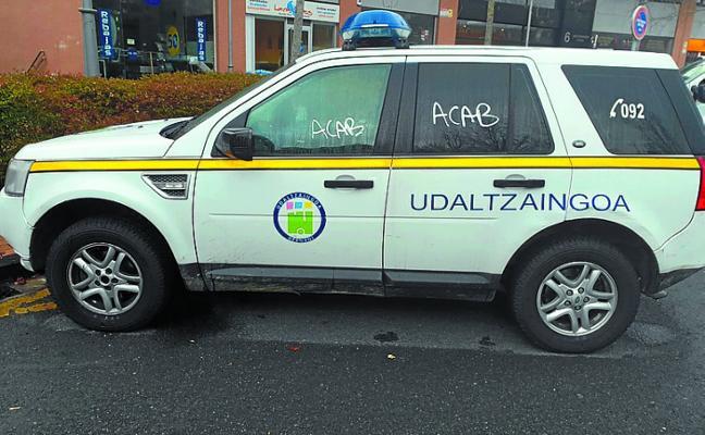 EAJ-PNV critica las pintadas sufridas en uno de los coches de la Policía municipal