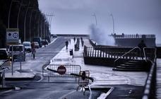 Cerrado el Paseo Nuevo de San Sebastián por las olas