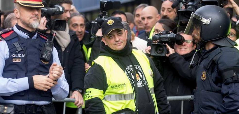 Tito Álvarez baja la bandera al frente de los taxistas de Barcelona