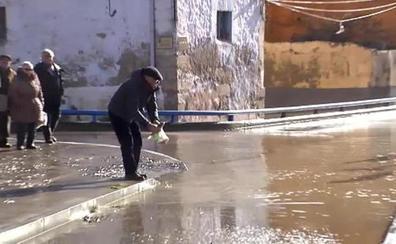 Recogen peces a mano en plena calle en Miranda de Ebro por el desbordamiento del río