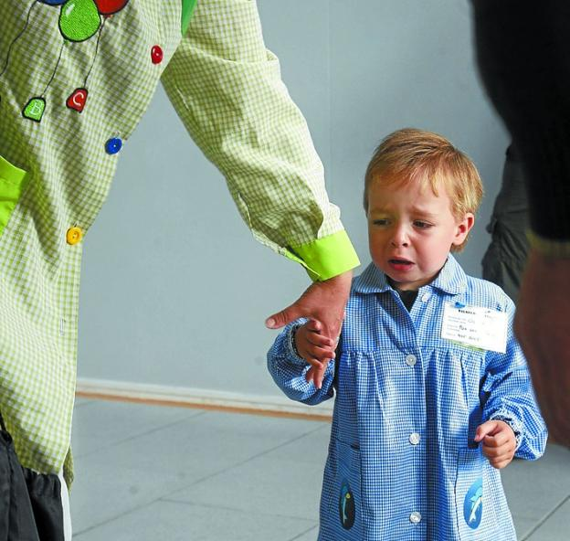 Un niño a la mano a la andereño en su primer día de colegio. /R. GUTIÉRREZ