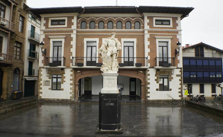 Una escultura en memoria de Elcano en el centro de Madrid