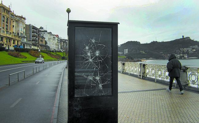 El cristal del contador de paseantes, roto