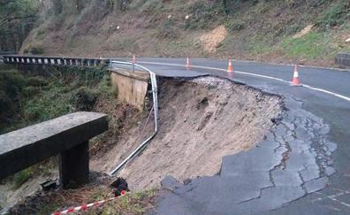 Cortada la carretera del Calvario en Mutriku por un derrumbe