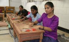 Pantalones a 11 céntimos la hora, el salario de las costureras domésticas de India