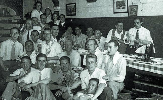 1944 Después de tomar salmonetes, chuleta y tarta... se va a cenar