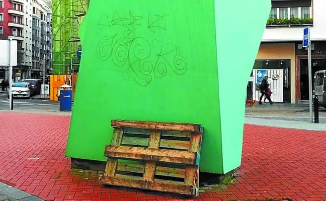 Nueva gamberrada sobre la escultura 'Txopitea eta Pakea'