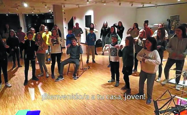 Los jóvenes de Donibane graban un vídeo para los recién llegados