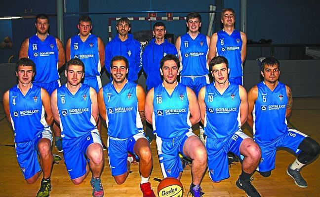 El sénior masculino de baloncesto mira hacia arriba