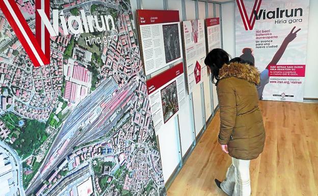 Exposición sobre el proyecto Vía Irun instalada en la plaza Txanaleta./MIKEL FRAILE