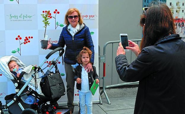 Photocall . Las familias pueden fotografiarse en un punto decorado expresamente para recordar esta jornada. / F. DE LA HERA