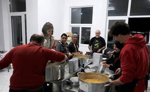 Zaporeak reparte las 1.300 primeras comidas en Lesbos