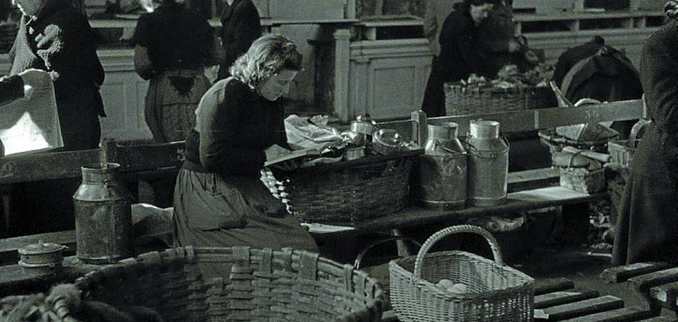 1954 | Las vendedoras de la Brecha colocan un salvavidas bajo una gotera