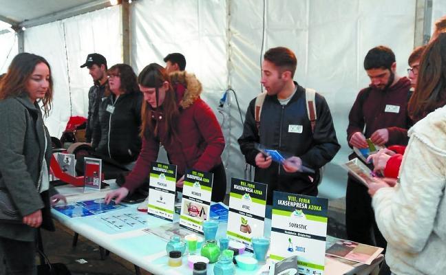 Varios alumnos de Don Bosco acudieron ayer a la VIII Feria Ikasenpresa de Eibar