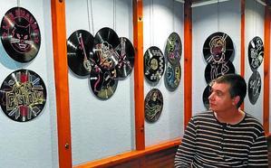 Iñigo Calvo, artista que da formas y color a sus vinilos