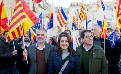 Arrimadas avisa desde el pueblo de Puigdemont que Sánchez promoverá indultos