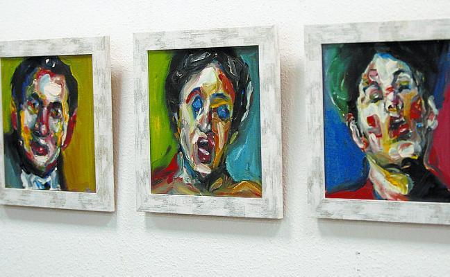 Ibai Maritxalar muestra un «colorido vacío» en su exposición 'Txakurrak euripean'